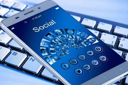 Social Media Marketing Cellulare con icone social al posto dei pulsanti